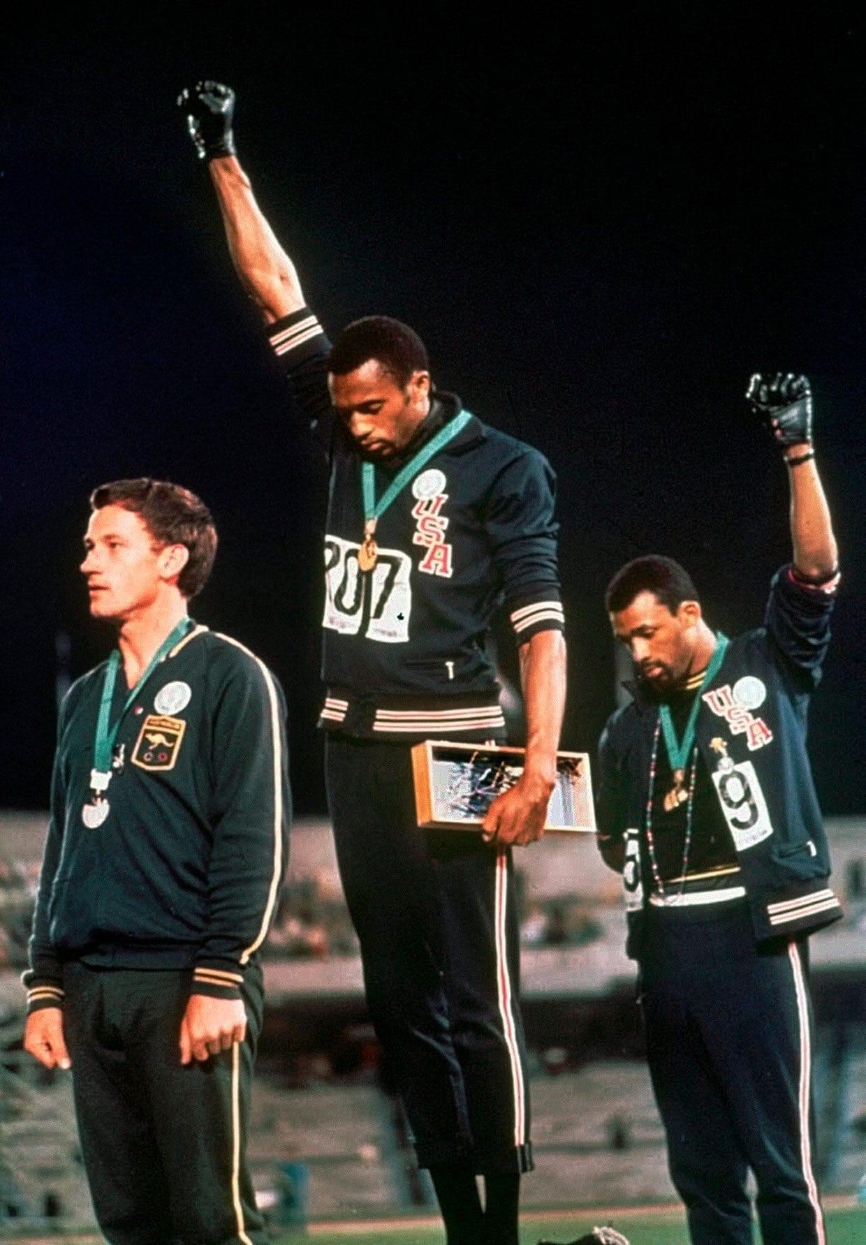 Tommie Smith en John Carlos tijdens de Olympicsche Spelen van 1968